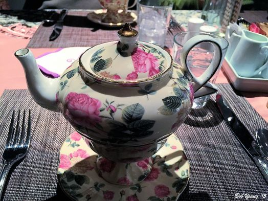 Interesting tea pot. The pot actually was made to fit into the cup. Look close.